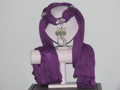 Foulard violet profond avec chat nacré et strassé : Echarpe, foulard, cravate par pawscrea