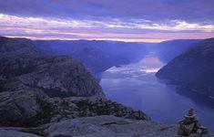 Als er één Europese bestemming is waar we graag een roadtrip doorheen zouden maken, dan is het wel Noorwegen. Met prachtige ouden burchten, de mooiste fjorden en slaperige vissersdorpjes is dit een geweldige bestemming, die ook nog eens beschikt over schitterende wegen. Noorwegen kent zelfs 18 nationale toeristische routes om te verkennen. De mooiste vijf routes (en hun bezienswaardigheden), die je zeker niet mag missen, hebben we op een rij gezet.
