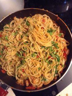 Μακαρόνια με κουνουπίδι και κόκκινη σαλτσα με λουκάνικο χωριάτικο καυτερό Broccoli, Cauliflower, Healthy Recipes, Healthy Foods, Spaghetti, Pasta, Ethnic Recipes, Pasta Meals