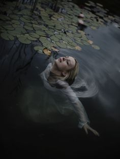 in a dark lake by Andrea Koporova on - booo - Photographie Lake Photography, Fantasy Photography, Underwater Photography, Artistic Photography, Portrait Photography, Photographie Portrait Inspiration, Foto Portrait, Water Shoot, Water Nymphs