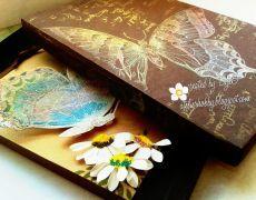 "Felicitare handmade ""Butterfly and Daisy"" + cutie asortata"