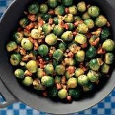Roerbakspruitjes met ui, knoflook, spek en gedroogde tomaatjes