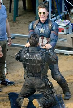 'Captain America: Civil War' Cast Look Like They Had an Amazing Time On Set!: Photo The cast of Captain America: Civil War look like they are having a great time on set on Wednesday (May in Atlanta, Ga. Chris Evans (Captain America) and Elizabeth… Marvel 3, Marvel Universe, Marvel Movies, Captain America Funny, Captain America Civil War, Captin America, Capitan America Chris Evans, Chris Evans Captain America, Paul Rudd