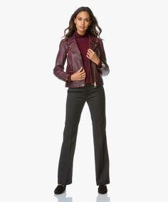 Rood leren jack met zwarte (krijt) broek of lichte Hoss broek
