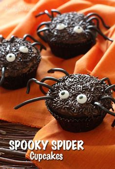 spooky spider cupcakes Halloween cupcakes (Halloween cupcake ideas for decorating cupcakes in cute and fun ways for scary and spooky Halloween parties. Best Halloween Ideas to try Halloween Desserts, Halloween Cupcakes, Buffet Halloween, Bolo Halloween, Pasteles Halloween, Hallowen Food, Halloween Goodies, Halloween Spider, Halloween Treats