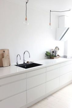 minimal kitchen White kitchen in Johanne's lovely Aalborg apartment in monochrome White Kitchen Decor, Farmhouse Kitchen Decor, Kitchen Interior, New Kitchen, Danish Kitchen, Kitchen Ideas, Kitchen Black, Awesome Kitchen, Kitchen Small