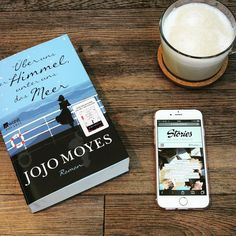 """Millionen Leser weltweit hat Jojo Moyes mit der leidenschaftlichen #Liebesgeschichte um Louisa und Will in """"Ein ganzes halbes Jahr"""" zu Tränen gerührt. Nun erscheint ihr neuer #Roman """"Über uns der Himmel, unter uns das Meer"""" und wir verraten euch heute gute Gründe, warum ihr das Buch unbedingt lesen solltet. Unsere #Rezension wie immer auf stories.thalia.de  Wie ist eure Meinung zu dem Buch? Erzählt uns davon in den Kommentaren."""