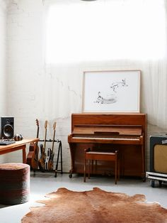 piano and guitar stand - via Keltainen talo rannalla