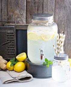 Aardbeienlimonade maken Doe het sap van 1 limoen, een doosje schoongemaakte aardbeien, een lepel honing en een scheutje water in een keukenmachine en maal alles goed door elkaar. Voor pitjesloze limonade druk je het mengsel nu door een zeef, wat jouw voorkeur heeft. Meng vervolgens 1 liter water met 4 eetlepels suiker en roer daar je aardbeienmengsel goed doorheen. Superlekker en fris!