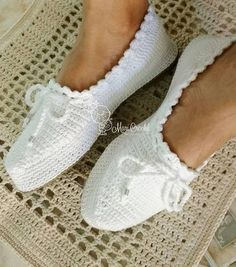 White-Booties-Modell Source by aslicvk. Diy Crafts Crochet, Easy Crochet, Free Crochet, Crochet Baby, Tutorial Crochet, Crochet Shoes Pattern, Shoe Pattern, Crochet Slippers, Crochet Slipper Boots