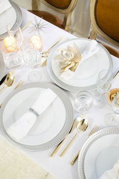Unique holiday table ideas, silver and gold elegant holiday table on @thouswellblog