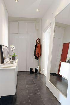 Un espejo de cuerpo entero, amplía el espacio y es muy práctico.