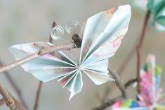 Omenapuun oksat maljakossa ja paperiset perhoset niiden varsilla tervehtivät vieraita kuistilla. Suloiset paperiperhoset voit askarrella myös...