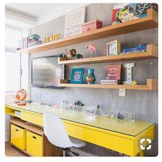 Inspiração para quarto ou sala pequena, do industrial ao geek! Lindo demais #industrialdesign #amarelo #geek #mulhermaralha #cimentoqueimado