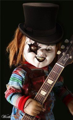 Why didn't anyone tell me that Chucky joined Kiss?lol She sooo scared of Chucky. Horror Movie Characters, Horror Films, Horror Art, Horror Room, Slasher Movies, Paul Stanley, Chucky Movies, Estilo Cholo, Childs Play Chucky