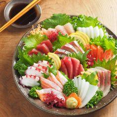 Sushi Co, Sashimi Sushi, Japanese Dishes, Japanese Food, Sushi Platter, Healthy Diet Recipes, Eating Raw, Food Presentation, Food Plating
