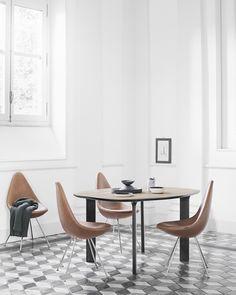 Drop chair был разработан Arne Jacobsen в 1958 году для легендарного отеля Radisson Blu Royal Hotel в Копенгагене. Первоначально стул был произведен вместе с Swan и Egg, но в очень ограниченном количестве, исключительно для отеля. После этого более чем на 50 лет производство Drop chair прекратилась и теперь снова возобновлено. Этот маленький стул с большой индивидуальностью — свежий и яркий, с новым дизайном и редкой наследственностью