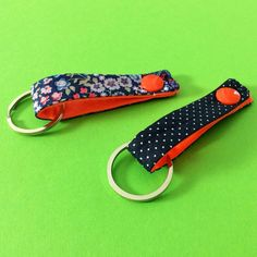 DIY Gifts Ideas 2017 / 2018 Porte-clefs en tissu -Read More – Coin Couture, Couture Sewing, Diy Keychain, Keychains, Ribbon Crafts, Diy Crafts, Key Fobs, Fabric Scraps, Fashion Accessories