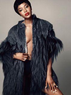 Aos 44 anos, top model britânica aparece de lingerie, pele e joias em ensaio para a revista francesa