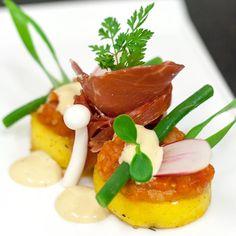 Met deze heerlijke tapa van gekonfijte aardappel met Iberico ham en tomatencompote waan je je zo aan de een of andere Spaanse costa. Ole!