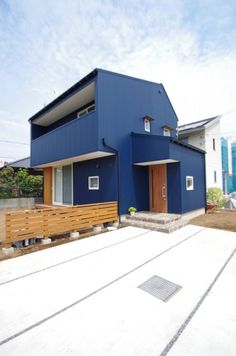 The first thing that catches your eyes is of course the bold blue exterior that instantly makes it stand out. Designed by K + Y Atelier Architects, the facade is actually constructed out of galvanised steel, which has then been painted over. Contemporary Architecture, Architecture Design, Cladding Design, Parker House, House Paint Exterior, New House Plans, Japanese House, Fence Design, Fenced In Yard