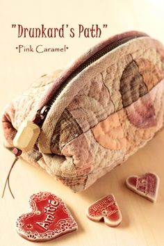 Patchwork *Pink Caramel* Quilt bag So pretty! Japanese Patchwork, Japanese Quilts, Japanese Textiles, Patchwork Bags, Quilted Bag, Quilting Blogs, Hand Quilting, Quilting Patterns, Small Sewing Projects