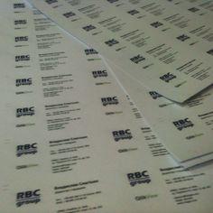 Визитки напечатаны в листах и ждут пока их порежут на нужный формат