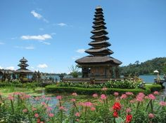 Templo sobre el Lago Bratan, Indonesia.