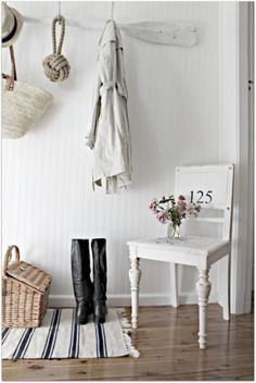 Use vintage chairs in your hallway or entrance to add character to the space. (via A Beach Cottage) Beach Cottage Decor, Coastal Decor, Coastal Style, Cottage Entryway, Seaside Decor, Open Entryway, Apartment Entryway, Seaside Style, Seaside Beach
