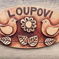 Hledání zboží: keramická jmenovka / Zboží | Fler.cz House Plaques, Ceramic Houses, Autumn Wreaths, Happy Art, Hobbies And Crafts, Ceramic Art, Wall Art Decor, Pottery, Bird