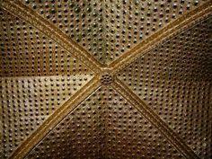 kaple sv. kříže-žebrová klenba zdobená zlacenim a skleněnými čočkami