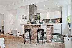 cocina incorporada al salon con ladrillo visto