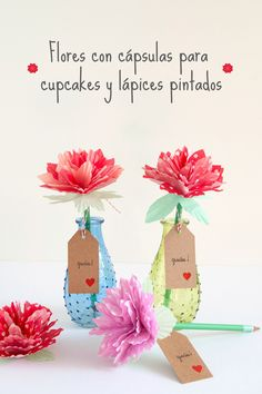 Regala flores con cápsulas para cupcakes y lápices pintados Office Chic, Place Cards, Diy, Place Card Holders, Ideas, Floral, Handmade, Crafts, Inspiration