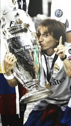 Lukita Modric y la orejona Real Madrid Football Club, National Football Teams, Sports Figures, Football Players, Croatia, Soccer, Hero, Stars, Legends