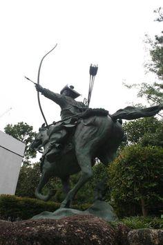 statue of a Yabusame archer at Ana-hachiman Shrine in Shinjuku, Tokyo. Sculptures, Lion Sculpture, Archer, Shinjuku Tokyo, Statues, Sterling Archer, Sculpture, Effigy, Sculpting