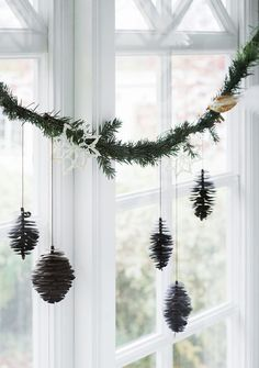 Get into the holiday spirit with these beautiful Scandinavian Christmas inspiration ideas. Noel Christmas, Winter Christmas, Christmas Wreaths, Christmas Crafts, Modern Christmas, Advent Wreaths, Christmas Tables, Minimalist Christmas, Winter Wreaths