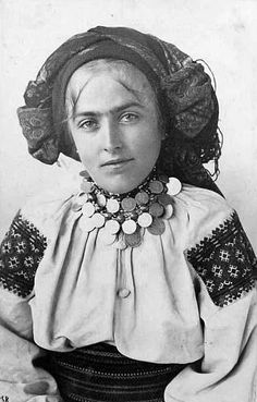 100 years ago: amazing Ukrainian embroidered suits, luxurious necklaces and wreaths (PHOTOS) Folk Costume, Costume Dress, Folklore, Old Photos, Vintage Photos, Ukraine, Ukrainian Dress, Beautiful Blouses, Traditional Dresses