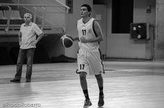 El capitán del Júnior #AlvaroGarrigos dispuso de 2' 11'' sobre el parqué para mostrar su baloncesto. El sentido del #UALucentum es la formación de jóvenes talentos. Garrigós debe aparecer más en el juego. Además, el equipo adolece de bases puros. Tras #AndresOrtin no hay nadie. #baloncesto #basket #LigaValenciana #EBA #Lucentum #BasquetGandia