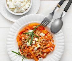 Grönhydraten morotspasta är tunt hyvlade morotsremsor som finns färdiga att köpa eller så hyvlar du själv. I den här vegetariska rätten så serveras morotpastan med en matig rosmarindoftande tomatsås med både linser och grönhydraten blomkålsris. Det blir en snabblagad helgrön middag med mycket smak.
