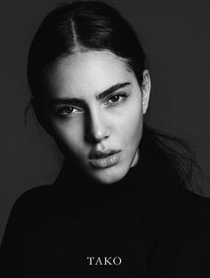 Black and white portrait Side Portrait, Dark Portrait, Photo Portrait, Portrait Poses, Female Portrait, Studio Portrait Photography, Photographie Portrait Inspiration, Face Photography, Photography Poses Women