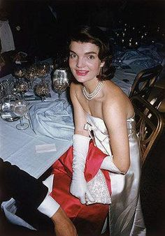 Jackie Kennedy - 'April In Paris' Ball - 1959 Photo By Slim Aarons Jacqueline Kennedy Onassis, John Kennedy, Jackie Kennedy Style, Les Kennedy, Jaqueline Kennedy, Slim Aarons, Diana Vreeland, Lady Diana, Hollywood