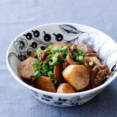 里芋と豚バラの煮っころがし 材料(2人分)  里芋… 5個  豚バラ(スライス)…150g しょうが…1片 ごま油…大さじ1  [A] しょうゆ… 大さじ1 みりん… 大さじ1 酒 …大さじ2  あさつき…適量