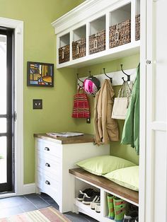 organize your entrway>>Would love a mudroom like this.