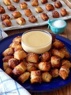 Μπουκιές πρέτσελ με σάλτσα τυριού Finger Food Appetizers, Finger Foods, Appetizer Recipes, Sweets Recipes, Cooking Recipes, Food Network Recipes, Food Processor Recipes, The Kitchen Food Network, Bread And Pastries