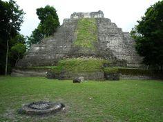 Unas fotos de la zona arqueológica maya de Yaxhá, al noreste de la región de la Cuenca Petén, Guatemala.