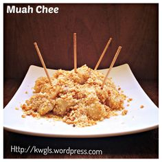 Chinese Glutinous Rice Cake Coated with Sweetened grounded peanut and sesame seeds. A common Singapore and Malaysia Hawker snack item. Asian Snacks, Asian Desserts, Asian Recipes, Chinese Desserts, Dessert Dishes, Dessert Recipes, Butter Mochi, Snack Items, Malaysian Food