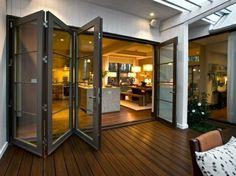 cloisons amovibles, sol en planchers en bois foncé, porte en bois et verre, intérieur de couleur marron foncé