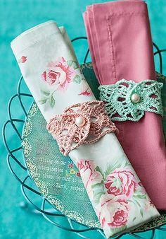 Se você gosta de fazer crochê, invista em anéis de guardanapo, que dão um charme retrô para a mesa