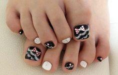 Diseños para uñas de los pies, diseño para uñas delos pies elegante.   #uñasdemoda #acrylicnails #uñasconbrillos