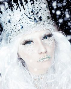 You don't have to wait for it to get cold outside to channel your inner ice queen. These frigid looks are perfect fodder for Halloween inspiration and will Halloween Makeup Looks, Halloween Make Up, Halloween Ideas, Christmas Fancy Dress, Christmas Makeup, Fx Makeup, Makeup Tricks, Ice Queen Makeup, Snow Queen Costume